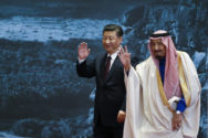 Der saudische König Salman ibn Abd al-Aziz (r) winkt am 16.03.2017 in Peking, China, in zusammen mit dem Chinesischen Staatspräsidenten Xi Jinping. (Foto: dpa)
